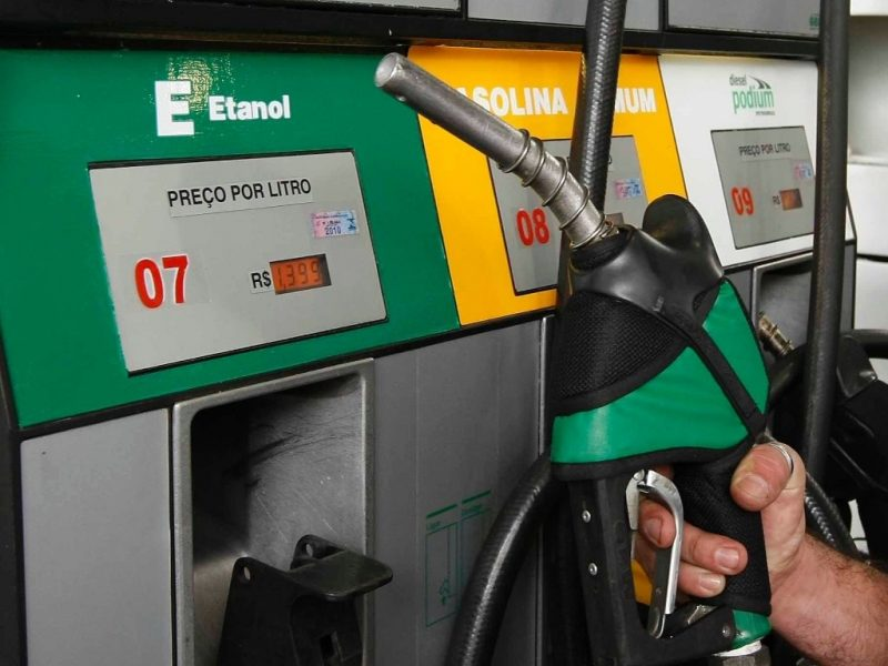 Bolsonaro quiere que las destilerías comercialicen etanol directo a las estaciones de servicio