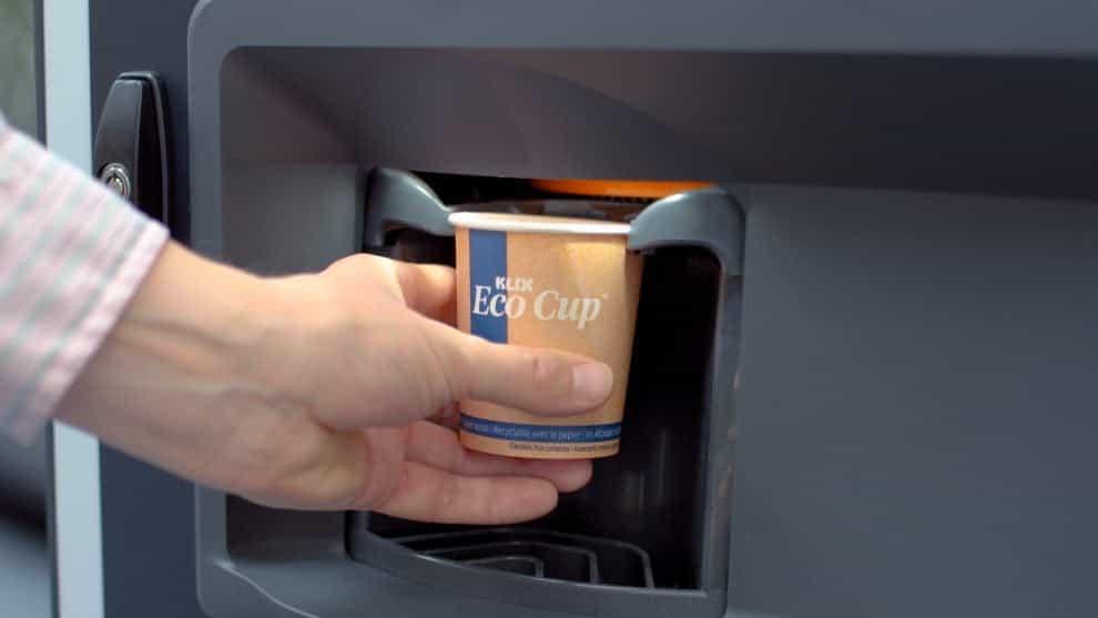 Lanzan tazas biodegradables y reciclables para máquinas expendedoras de café