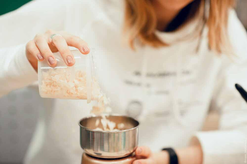 Con aserrín y gelatina crean un bioplástico para producir en casa