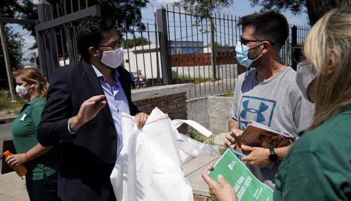 Intendencia de Montevideo distribuye bolsones para fomentar el reciclaje