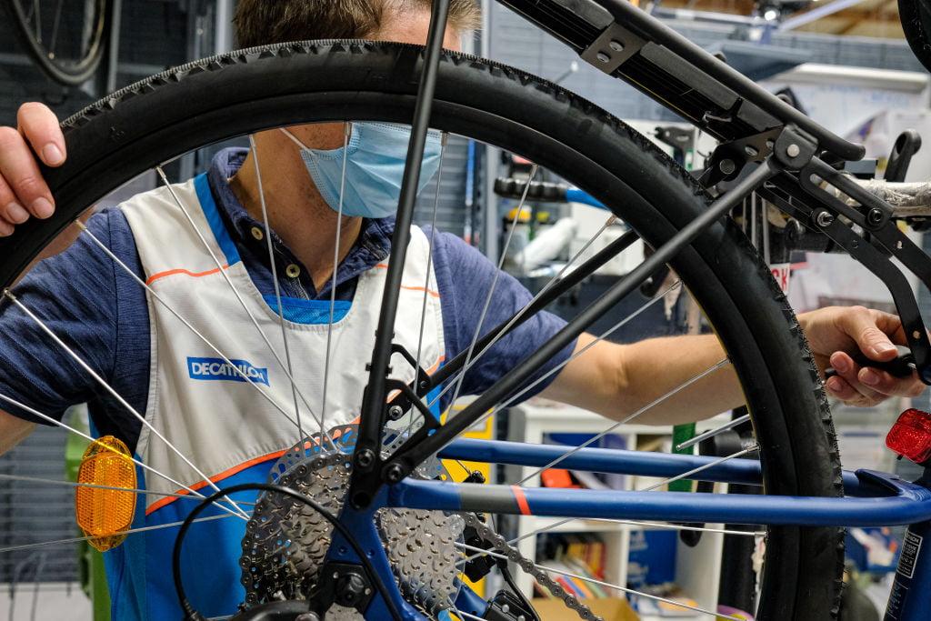 Decathlon adopta la 'economía circular' con incentivos para reparar y reciclar bicicletas
