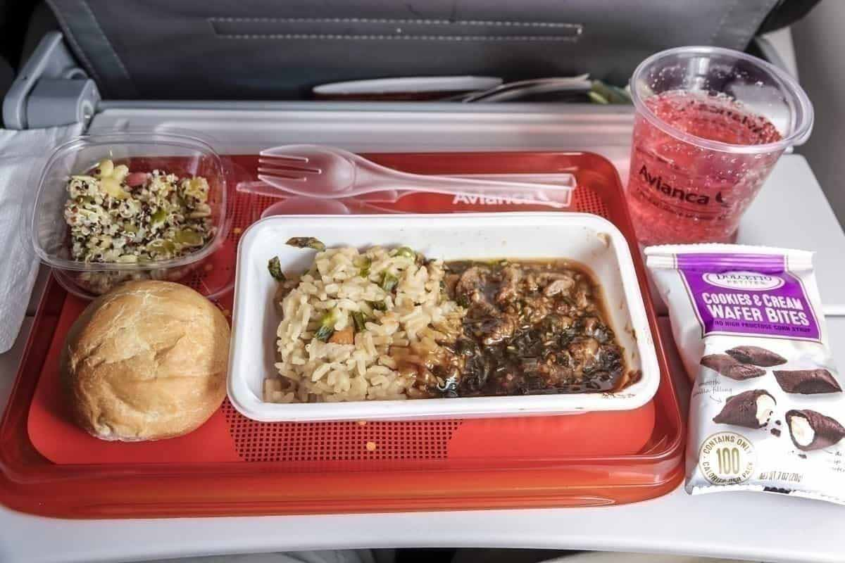 Las sobras de la comida de tu vuelo, quizás sean tu plato favorito en tu próximo viaje