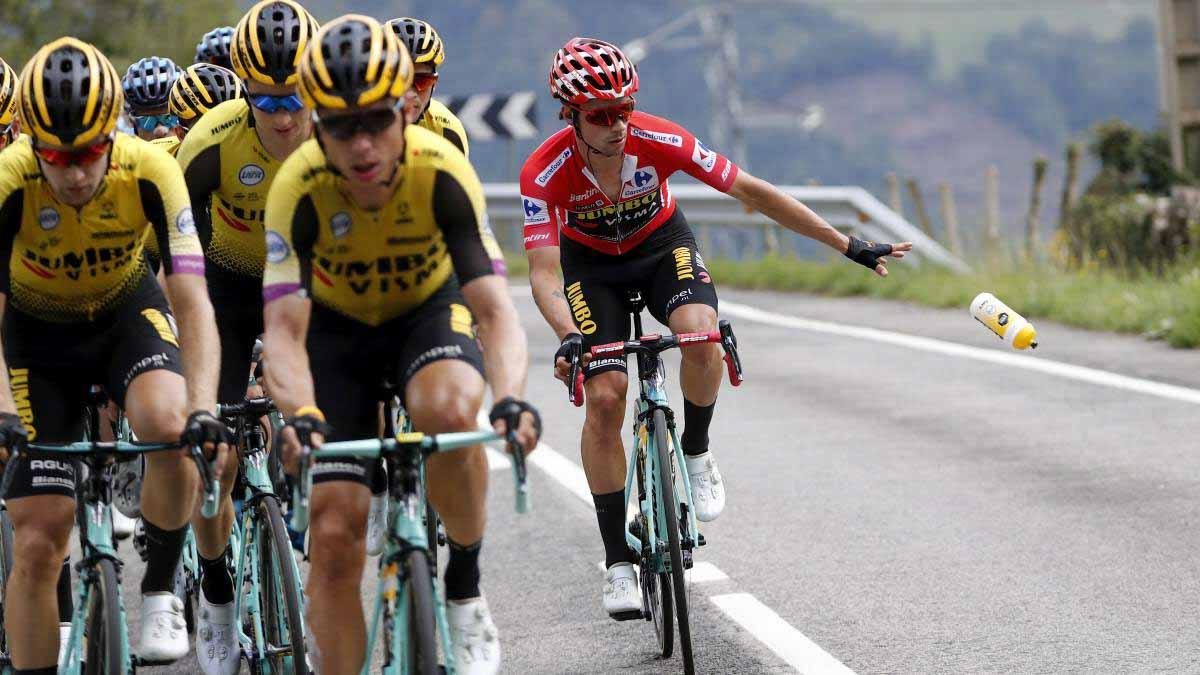 Ciclista arroja bidón en la Vuelta de España